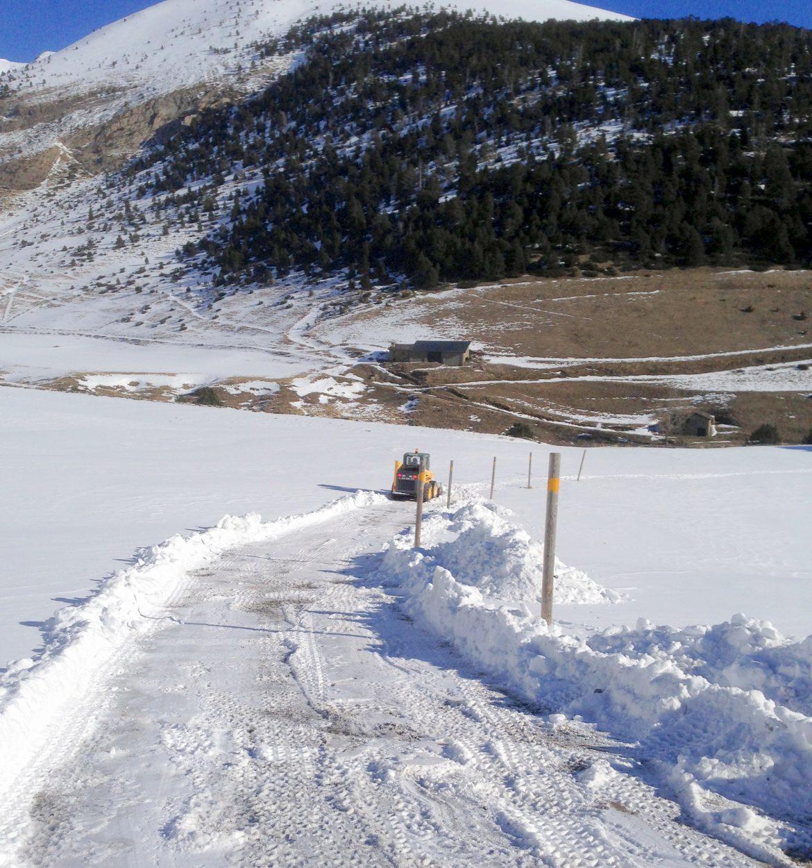 NETEJA DE NEU Andorra servei de retirada de neu de camins particulars, accessos a xalets, pàrquings, rampes d'accés d'entrada o sortida de comunitats de veïns, de carreteres d'Andorra, accessos Espanya i accessos França, aparcaments, vials i camins interiors. PM SERVEIS TREBALLS DE NEU té una dilatada experiència en treballs de neu, amb una diversitat de maquinària i complements. Realitzant la neteja de grans espais com els pàrquings privats i comunitaris a Andorra, neteges d'accessos a Comunitats, neteja de carrers privats no atesos pels Comuns de la zona, també fem obertures de pistes forestals per facilitar l'accés a tots els privats que desitjant accedir a les seves Bordes o finques, accés a repetidors de TV i nuclis de serveis de producció hidroelèctrica. PM SERVEIS, aquest mes d'octubre ja té a punt l'operatiu de treta de neu amb la finalitat de reduir el màxim el temps la neteja de tots els accessos d' aparcaments privats de tot Andorra, tot els accessos a finques de privats o entrades i sortides de zones privades per poder garantir la mobilitat dels nostres clients a tot Andorra durant els mesos més freds. Un any més, PM SERVEIS recorda que la treta de neu és una tasca compartida on la conscienciació de la ciutadania és imprescindible per poder garantir el bon veïnatge a les parròquies Andorranes. En aquest sentit, el titular d'un immoble, comerç, hotel, restaurant, xalet o altre, està obligat a retirar la neu de la seva voravia i dels llosats susceptibles de dificultar el dia a dia. En aquesta línia, alguns Comuns posa'n a disposició dels ciutadans sacs de 25 kg de sal a un import de 3 euros, més o menys. A Encamp els veïns o usuaris interessats, podran pagar-los i recollir-los a l'aparcament del Arínsols d'Encamp. Pel que fa al Pas de la Casa, la taxa s'haurà de satisfer a tràmits i la recollida tindrà lloc l'aparcament del Bullidor. Pel que fa a les carreteres i aparcaments a Encamp, la treta de neu depèn directament del Comú d'Encamp. Només en cas de nev