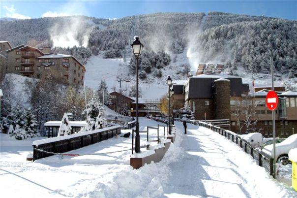 Especialistes en la Treta de neu al Tarter Andorra, netegem els seus camins privats, accessos a pàrquings de comunitats, zones privades de Restaurants i Hotels retirada de nieve en Andorra.