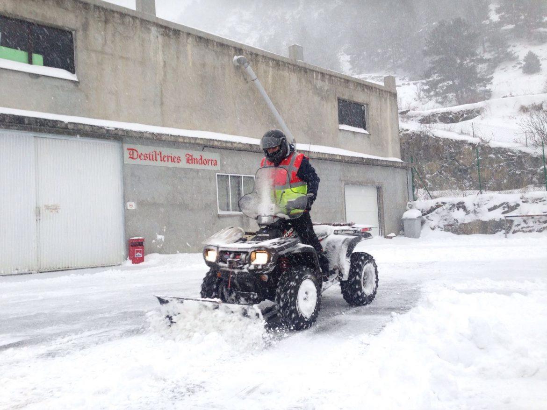 Andorra servei de retirada de neu de camins particulars, accessos a xalets, pàrquings, rampes d'accés d'entrada o sortida de comunitats de veïns, parquings de restaurants, accessos a hotels, apartaments etc. Pressupostos a mida. T.+376346677