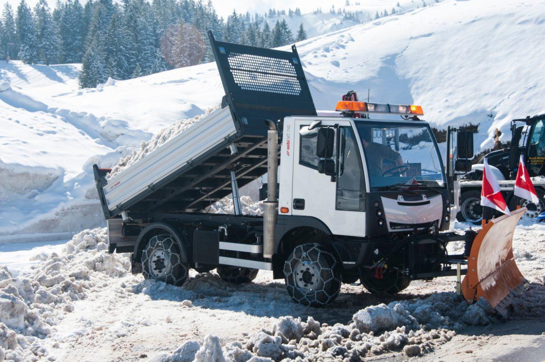 """Nou Vehicle adquirit per """"PM SERVEIS"""" transportador universal llevaneus i distribuïdor de sal a la part posterior, així deixem la rampa o la zona sense possibilitats que es torni a gelar. Flexible, resistent, versàtil i ràpid"""