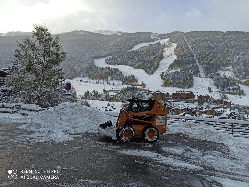 Quan comencen les nevades ja sabeu a qui heu de trucar som especialista en treta de neu par a privats i públics només ens heu de trucar i us farem una proposta per mantenir els seus espais, rampes, accessos nets de neu i gel.