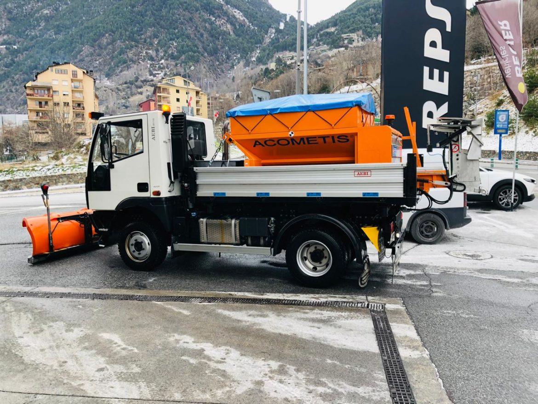 Disposem del millor equipament per la treta de neu professional i ràpidament - Tenemos el mejor equipo técnico para la retirada de nieve profesional y rapidamente.